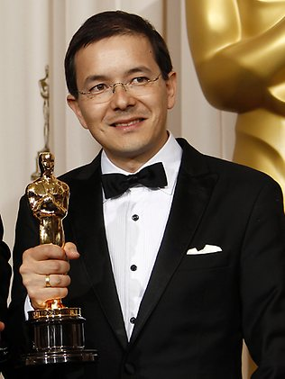 Shaun Tan with his Oscar in 2011