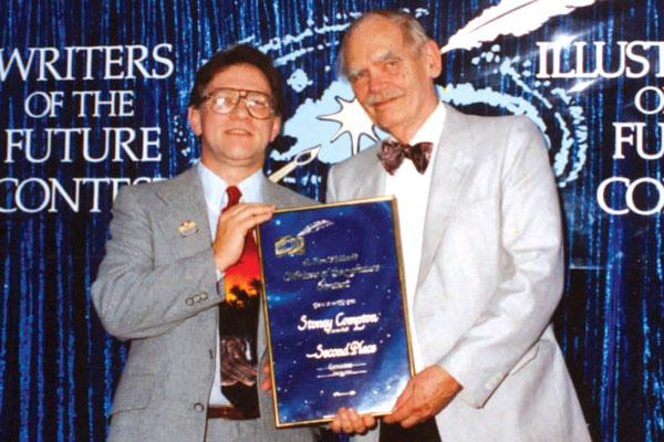 Frederik Pohl presenting Stoney Compton his award.